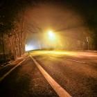 Golfplatz, nachts, draußen, ein Auto, eine Straßenlaterne und etwas Nebel