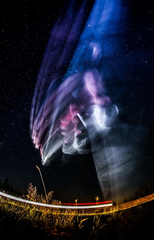 Weißt du noch, damals als zwei Autos und ein Fotograf eine Langzeitbelichtung vom wundervollen Milchstraßenhimmel versauten?