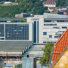 Menschen an Bahnhöfen zwischen Bank und Ziegeldach (aus der Serie: Stuttgart 21 von der guten alten Zeit aus betrachtet)