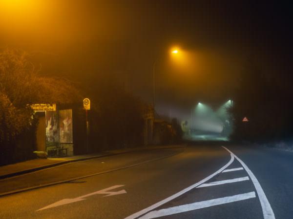 Revisited 2: Golfplatz, nachts, draußen, ein Auto, eine Straßenlaterne und etwas Nebel